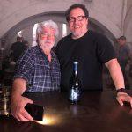 ジョージ・ルーカス、実写TVシリーズ「マンダロリアン」撮影現場を訪問!スカイウォーカー・ワインでお祝い
